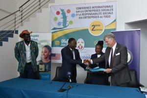 Accord de signature Gouvernement Togolais, Ambassade des USA et Groupe ECOBANK, ETI pour la mise en oeuvre du programme de mentorship des entrepreneurs sociaux du Togo